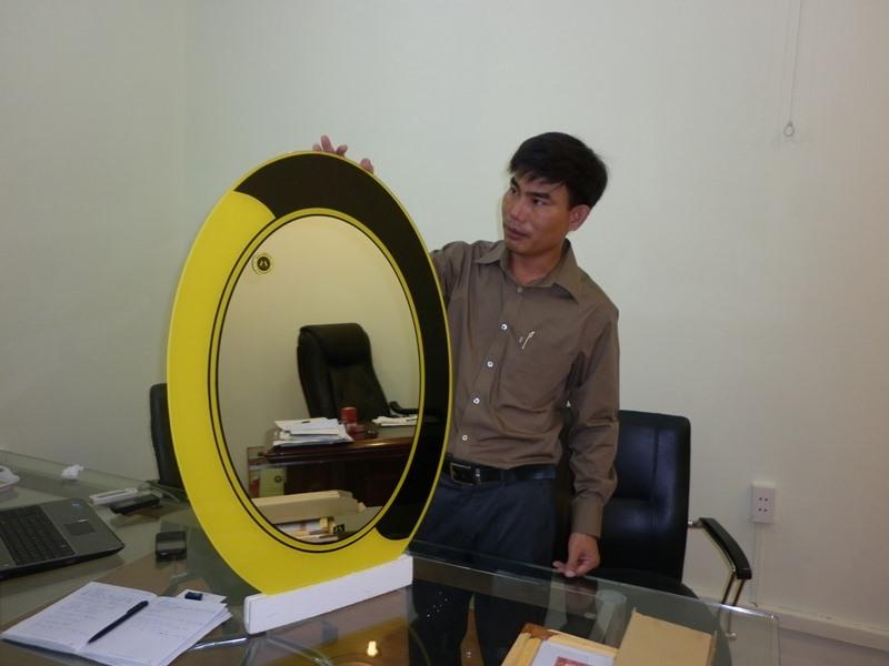 Ông Nguyễn Quang Bình giới thiệu sản phẩm gương soi an toàn